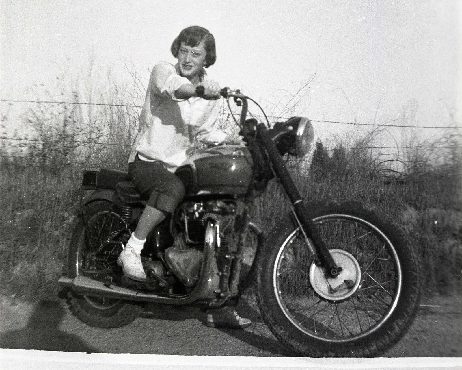 Vintage-motorcycle-girl-01